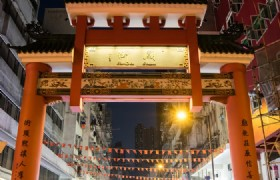 Temple Street Night Market Tour plus Victoria Harbour Dinner Cruise