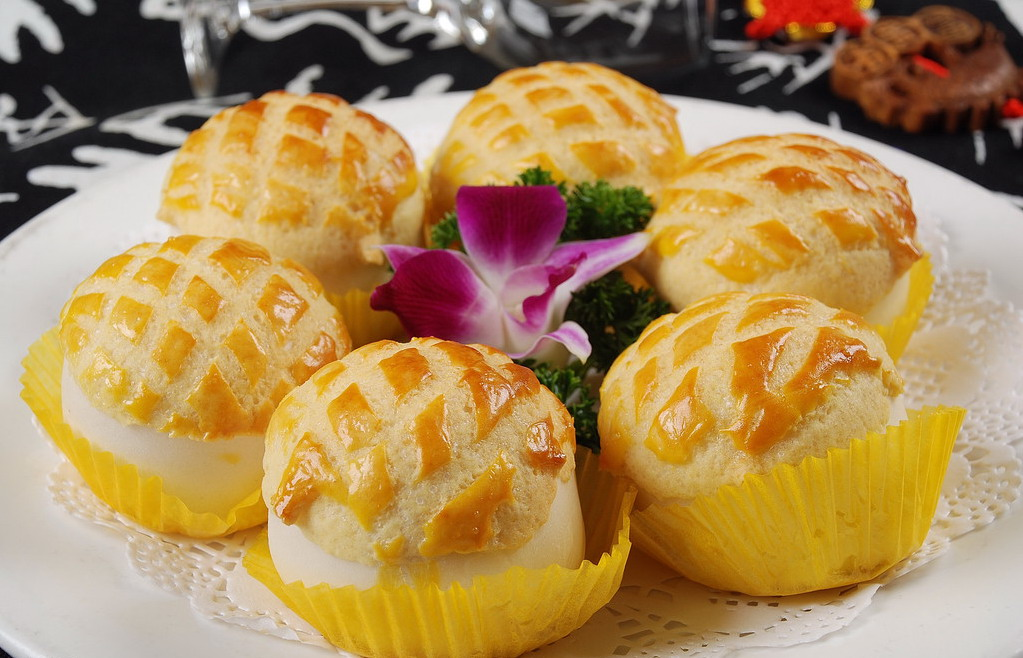 Chinese Style Bread Dough Which Tends To Be Softer And Sweeter Than Western Many Vendors Insert A Cold Pat Of Butter Into Warm Pineapple Bun