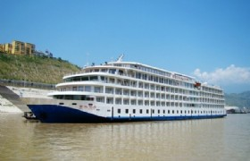 yichang dock boarding Yangtze cruise ship