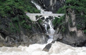 10 Days Upper Yangtze River Rafting and Tiger Leaping Gorge Trekking Tour