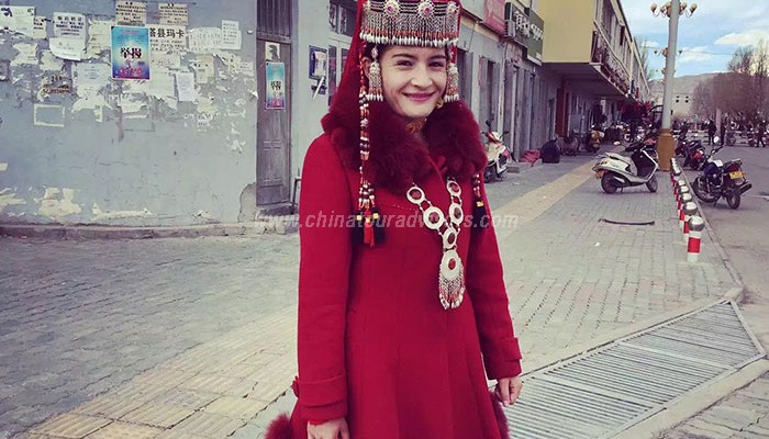 Tajik-girl-in-beautiful-costumes.jpg