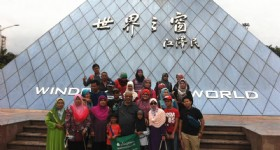5 Days Hong Kong and Shenzhen Tour - Visitors at Shenzhen Window of the world