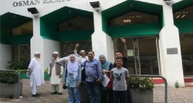 4 Days Private Hong Kong and Macau Halal Tour - 5 Visitors at Hong Kong Mosque