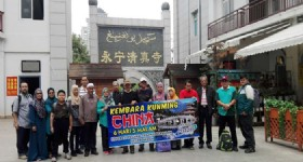 6 Days Kunming Tour - Visitors from Malaysia at Kunming Yongning Mosque