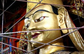 Gold-plating Statue of Master Tsongkhapa