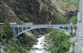 the friendship bridge between nepal and tibet zhangmu