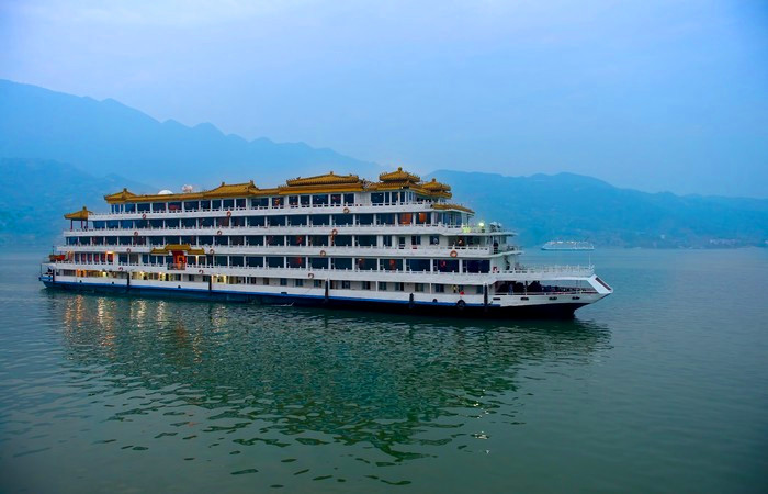Hong Kong and Yangtze River Cruise 8 Days Tou…