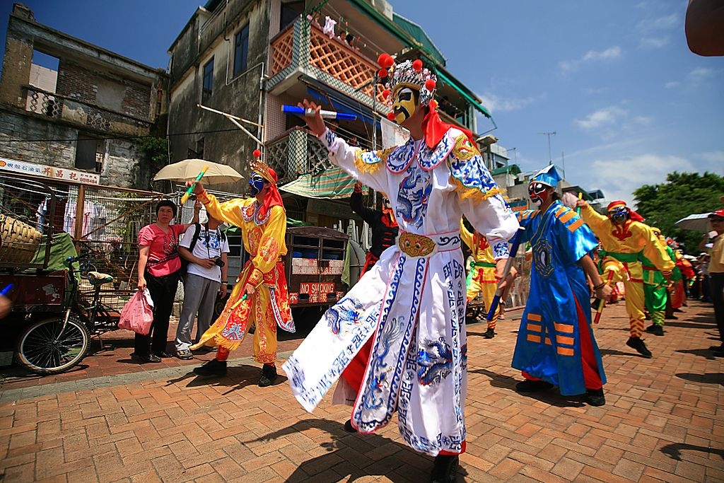 1024px-Bun_festival_Flying_colors_parade_Cheung_Chau.jpg